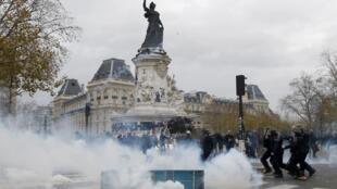 Place de la République, à Paris, ce dimanche. Des petits groupes de manifestants cagoulés ont affronté la police sur le lieu du memorial des attentats de janvier et novembre.