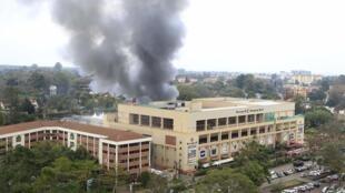 Пожар после взрывов в коммерческом центре Вестгейт в Найроби (Кения) 23/09/2013