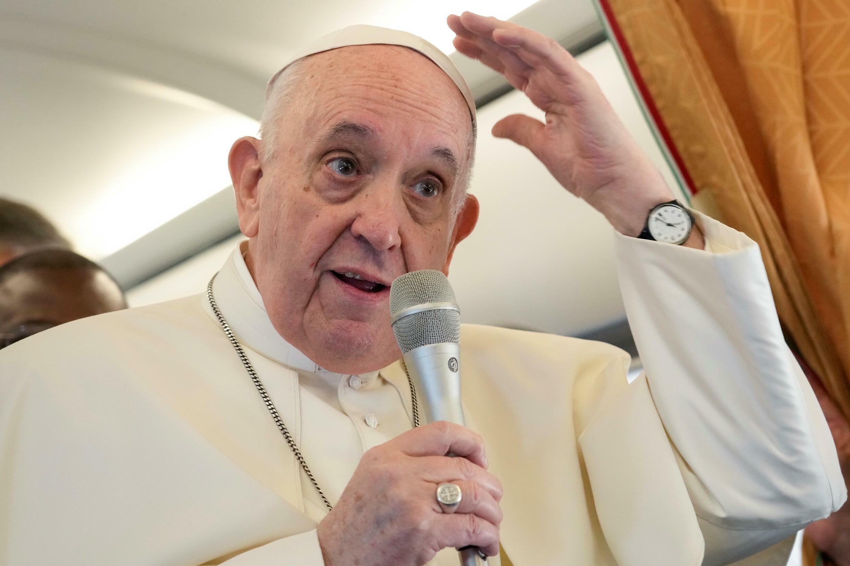 El Papa Francisco habla con los periodistas en un vuelo desde el aeropuerto de Roma Fiumicino al aeropuerto internacional de Budapest el 12 de septiembre de 2021