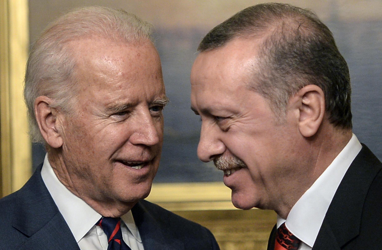 El entonces vicepresidente de Estados Unidos, Joe Biden, junto al presidente turco Recep Tayyip Erdogan, en Estambul, Turquía, el 22 de noviembre de 2014