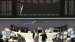 Bolsa alemã opera em queda de 2% às 11h15, em dia de instabilidade após redução da nota soberana americana.