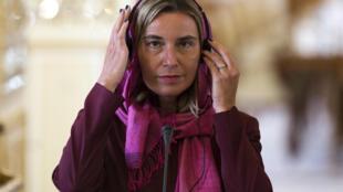 Người đứng đầu ngành ngoại giao châu Âu, Federica Mogherini mang khăn choàng khi đến Iran.