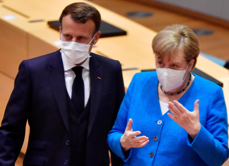 7月18日,德国总理默克尔与法国总统马克龙在布鲁塞尔。
