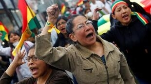 Manifestantes protestam em La Paz contra os resultados oficiais da presidencial divulgados pelo TSE.