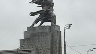 """Estátua-símbolo da Revolução na Rússia. """"Operários do mundo, uni-vos""""!, conclama o Manifesto Comunista."""