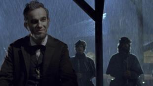 Emma Stone e Seth MacFarlane anunciam os indicados para a 85ª premiação do Oscar