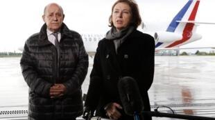 Le ministre des Affaires étrangères Jean-Yves Le Drian et la ministre des Armées Florence Parly ont accueilli les otages à l'aéroport de Villacoublay, le 11 mai 2019.