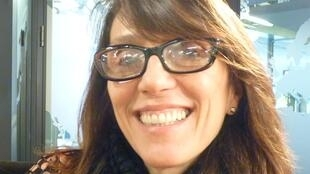 La escultora argentina Carolina Sardi en los estudios de RFI en París
