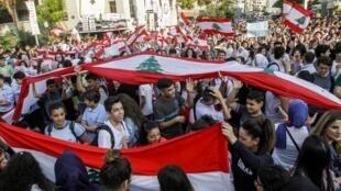 صدها دانشجو و دانشآموز لبنانی روز چهارشنبه ۶ نوامبر بار دیگر از حضور در کلاس های درس امتناع کردند و ترجیح دادند به اعتراضات عمومی علیه طبقه حاکم در این کشور بپیوندند.