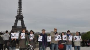 Пикет в поддержку Олега Шеина на пл. Трокадеро 8 апреля 2012 г.
