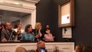 No fim do leilão, a obra de Banksy foi parcialmente destruída por um triturador escondido na moldura.