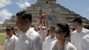 El presidente Xi Jinping y la primera dama china, Peng Liyuan, durante su reciente visita al sitio arqueológico mexicano de Chichen Itza. El jefe de estado chino permaneció tres días en México.
