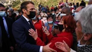 Le président Emmanuel Macron à la rencontre des habitants sinistrés lors d'une visite à Tende, dans la vallée de la Roya, le 7 octobre 2020.