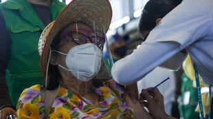 Una mujer recibe la vacuna contra el covid-19 de la alianza Pfizer-BioNTech, en el Centro de Exposiciones y Congresos de la Universidad Nacional Autónoma de México, en Ciudad de México, el 24 de marzo de 2021