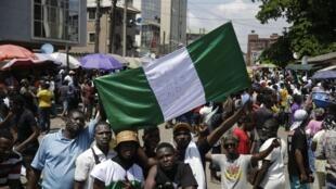 Des manifestants dans les rues de Lagos la capitale économique du Nigeria le 20 octobre 2020.