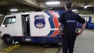 Un employé de la Brink's, société chargée du transport sécurisé de fonds, à Paris.
