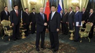 Tổng thống Nga Vladimir Putin (trái) và Chủ tịch Trung Quốc Tập Cận Bình tại điện Kremlin, Matxcơva ngày 08/05/2015.