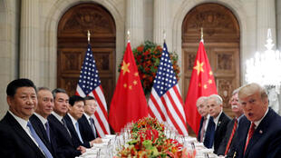 Le président américain Donald Trump, le secrétaire d'État américain Mike Pompeo, le conseiller à la sécurité nationale de Donald Trump, John Bolton, et le président chinois Xi Jinping assistent à un dîner de travail après le sommet du G20.