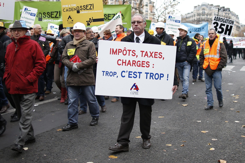 Donos de pequenas e médias empresas protestaram em Paris.