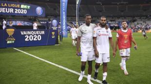 Les joueurs de Lyon déçus après leur défaite en finale de la Coupe de la Ligue contre le Paris Saint-Germain le 31 juillet 2020 au Stade de France