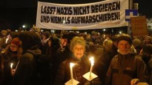 Les manifestants se sont rassemblés devant la chancellerie pour s'opposer à une coalition entre conservateurs et extrême-droite. A Vienne, le 15 novembre 2017.