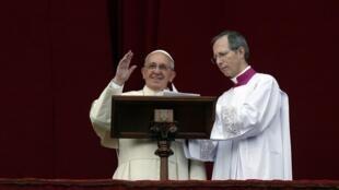 Papa Francisco durante sua primeira benção  'Urbi e Orbi' do balcão do Vaticano, nesta quarta-feira, 25 de dezembro de 2013.