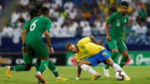 Neymar durante amistoso da seleção brasileira contra a Arábia Saudita, em Riad