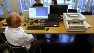 Funcionários da prefeitura da cidade de Berna contam os votos eletrônicos com um scanner em 30 de novembro de 2014.