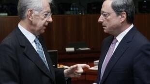 Mario Monti (esquerda) conversa com Mario Draghi em reunião de ministros das Finanças da zona do euro no final de novembro.
