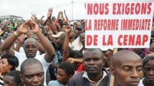 Lors d'un meeting de l'opposition qui a réuni quelque 2 000 personnes, les participants réclament la réforme de la Cenap (Commission Électorale Nationale Autonome et Permanente). A Libreville, le 1er octobre 2011.