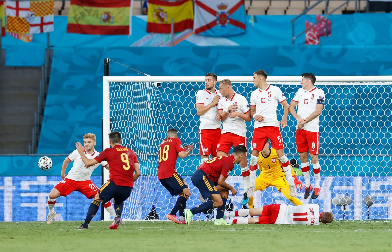 """2021年6月19日,欧洲杯E组赛,西班牙对抗波兰,西班牙球员射任意球。球门后方是""""支付宝""""广告。"""