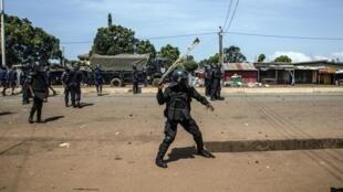 Des policiers répondent aux manifestants à Conakry le 21 octobre 2020.