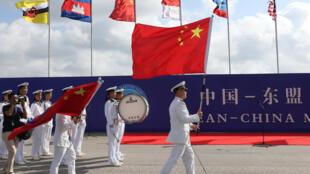 Thủy thủ Trung Quốc giương cờ trong lễ khai mạc cuộc tập trận hải quân giữa Trung Quốc và ASEAN, tại Quảng Đông, Trung Quốc, ngày 22/10/2018
