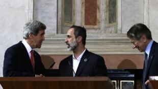 John Kerry (à gauche) et le président de la Coalition nationale syrienne Mouaz al-Khatib lors de la conférence des Amis de la Syrie à Rome, le 28 février 2013.