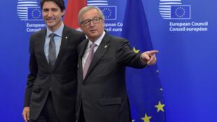 Primeiro-ministro canadense, Justin Trudeau, e o presidente da Comissão Europeia, Jean-Claude Juncker, celebram assinatura do acordo.