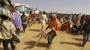 Les évacués du lac Tchad arrivent dans le camp de Yobe après avoir effectué la traversée en pirogue et avoir parcouru des kilomètres sous un soleil de plomb, le 7 mai 2015.
