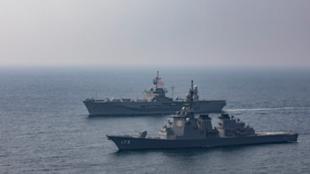 """日本海上自卫队宙斯盾舰""""金刚""""号与美国海军第七舰队旗舰""""蓝岭""""号资料图片"""