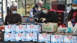 L'association ACLEFEU prépare de la nourriture à destination des plus démunis, à Clichy-sous-Bois, en Seine-Saint-Denis.