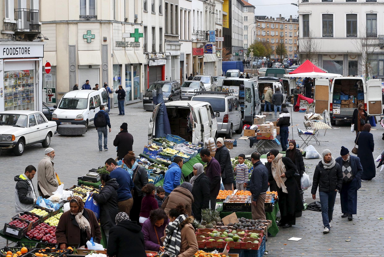 Vista geral de rua do bairro de Molenbeek, onde a polícia belga fez buscas após atentados em Paris. Bruxelas, Bélgica 15 de novembro de 2015.