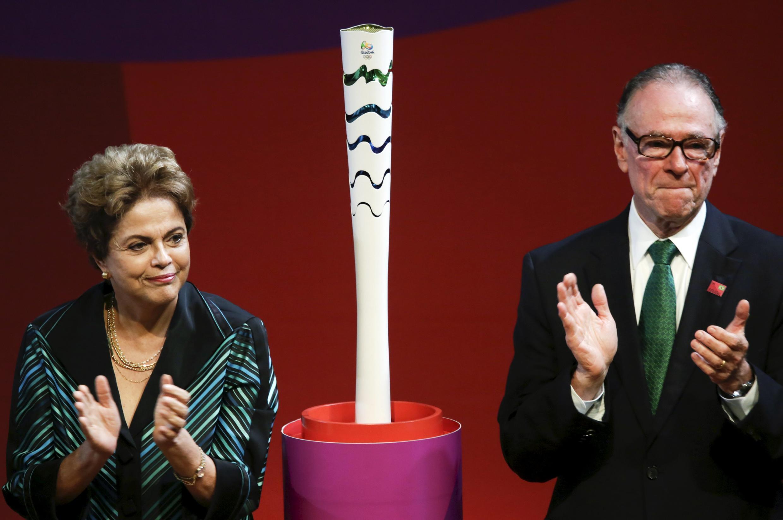 Dilma Rousseff e Carlos Arthur Nuzman, presidente do Comitê Olímpico Brasileiro, com a tocha olímpica