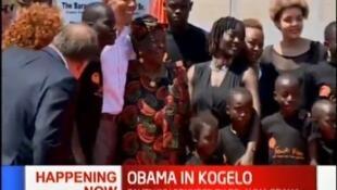 Rais wa zamani wa Marekani Barrack Obama akiwa na bibi yake Sarah Obama na dada yake Auma Obama wakiwa Kogelo Magharibu mwa Kenya Julai 16 2018