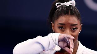 La star américaine de la gymnastique Simone Biles assiste à la prestation de ses copines dans le centre d'Ariake à Tokyo, le 27 juillet 2021