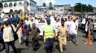 Des Comoriens partisans de l'ancien président Sambi manifestent à Moroni contre la fermeture de la Cour constitutionnelle, le 25 mai 2018.