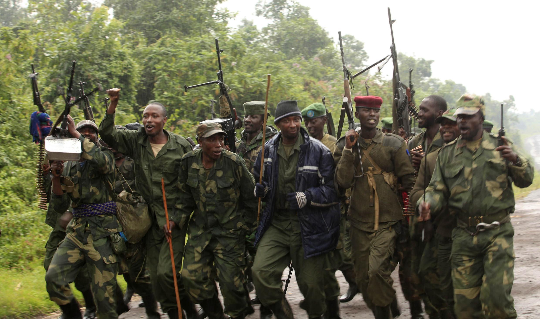 Des combattants rebelles du M23 célèbrent la chute de Rumangabo, à 23 km au nord de Goma, le 28 juillet 2012.