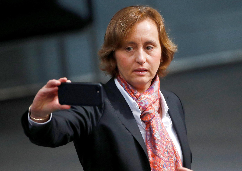 """Muçulmanos bárbaros e estupradores"", tuitou a deputada da extrema-direita Beatrix von Storch."