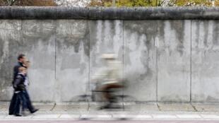 В субботу, 9 ноября, французские газеты посвящают свои редакционные колонки 30-летию падения Берлинской стены