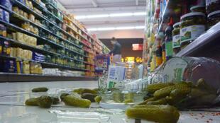 Prazos de validade estimulam o desperdício de alimentos, avaliam ambientalistas franceses.