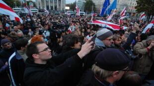 Больше тысячи человек вышли вечером 10 октября на главный проспект Минска.