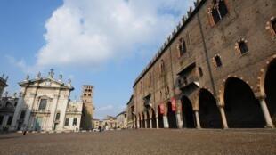L'Italie a ordonné la mise en quarantaine d'une bonne partie du Nord, soit un quart de sa population. Ici, la place Sordello de la ville de Mantoue, en Lombardie, déserte, le 7 mars 2020.