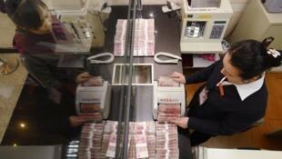 Comunidade internacional não vê com bons olhos valorização da moeda chinesa.